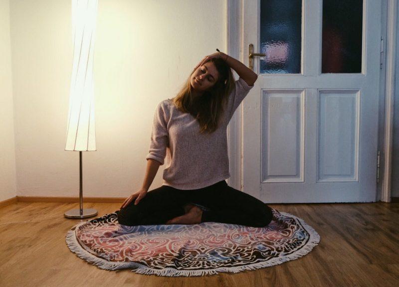 YogaGen entspannende Asanas Nackendehnung