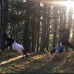 Yogagen Sonnengruss im Wald