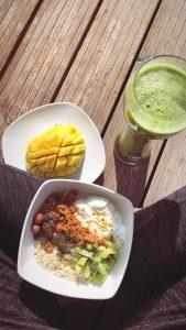 Smoothie und Mango als Vitamin-Kick zum Lernen